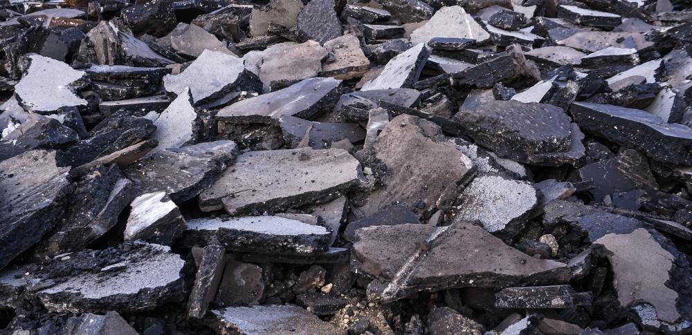 雨畑川のコンクリート片不法投棄問題を山梨県知事が厳しく言及
