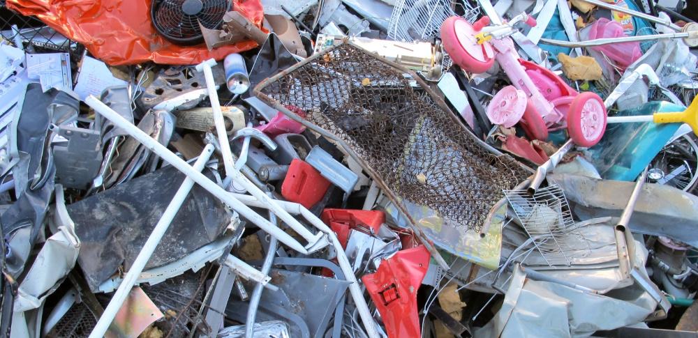 建築業者が廃材を自社敷地内に不法投棄、7日間の営業停止処分