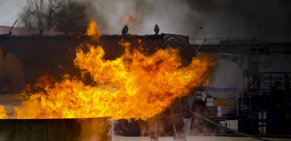 東川町の産廃業者倉庫で火災が発生、死亡男性は所有者の可能性