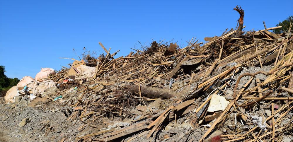 廃プラやガレキ混ぜた土砂を不法投棄、一部が川に流入し被害甚大