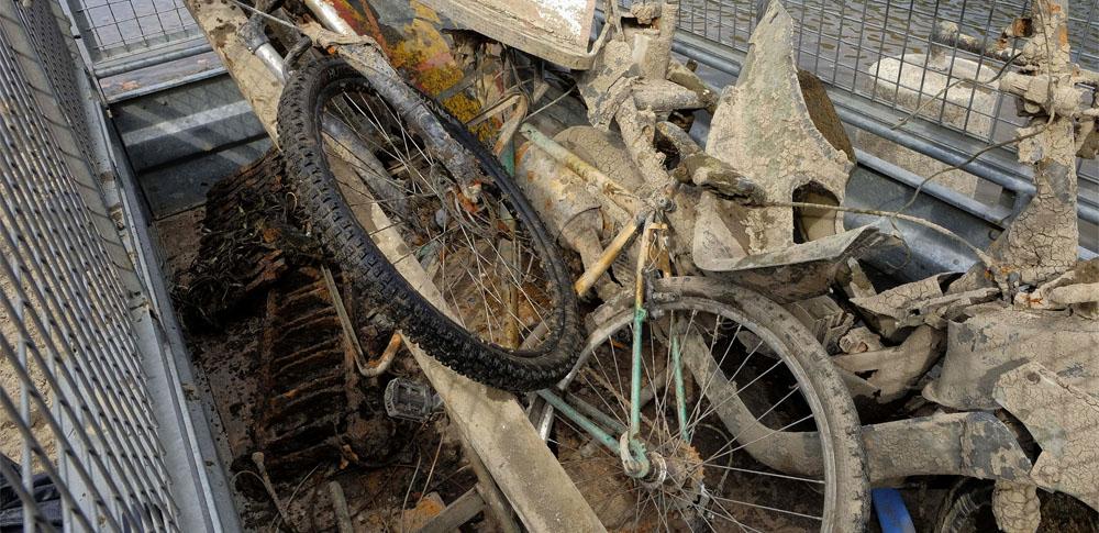 日高川で複数回不法投棄、監視カメラなど設置するも投棄続く